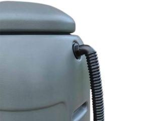 Le kit tuyau d'évacuation pour réservoir d'eau est raccordé à un récupérateur d'eau.
